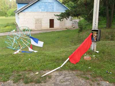 Флаги и разбитый электрощиток