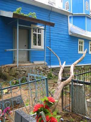 ветви клена рядом с храмом угрожают падением людям