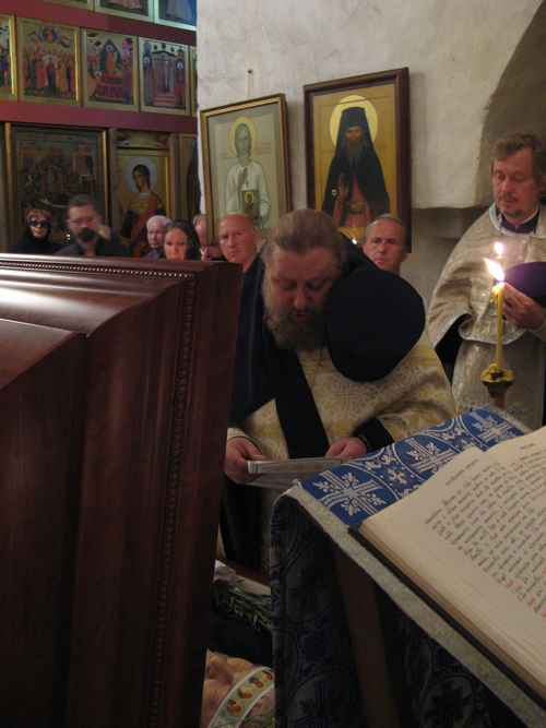 Игумен Макарий читает разрешательную молитву